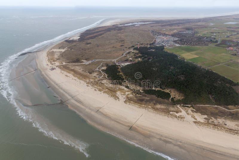 Isla holandesa Ameland de la visión aérea con la playa y el faro fotografía de archivo