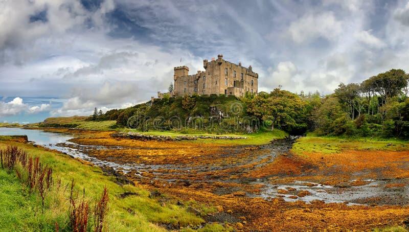 Isla medieval del castillo de Dunvegan de la fortaleza de Skye, Escocia imagenes de archivo