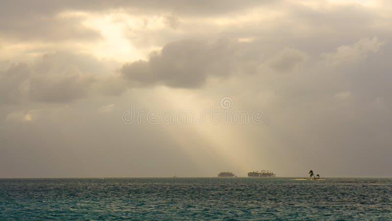 Isla minúscula con la palmera en el San del Caribe Blas Islands entre Panamá y Colombia imagenes de archivo
