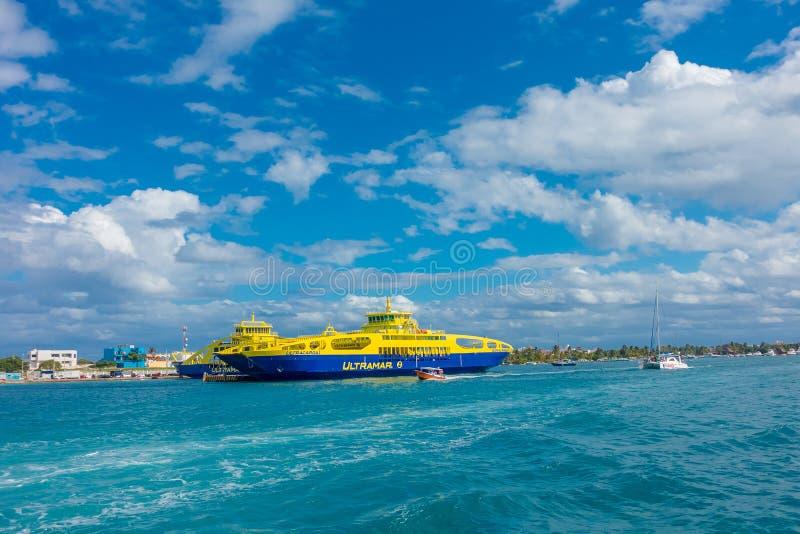 ISLA MUJERES,墨西哥, 2018年1月10日:颜色蓝色和黄色航行巨大的小船室外看法在水域中关闭 库存图片
