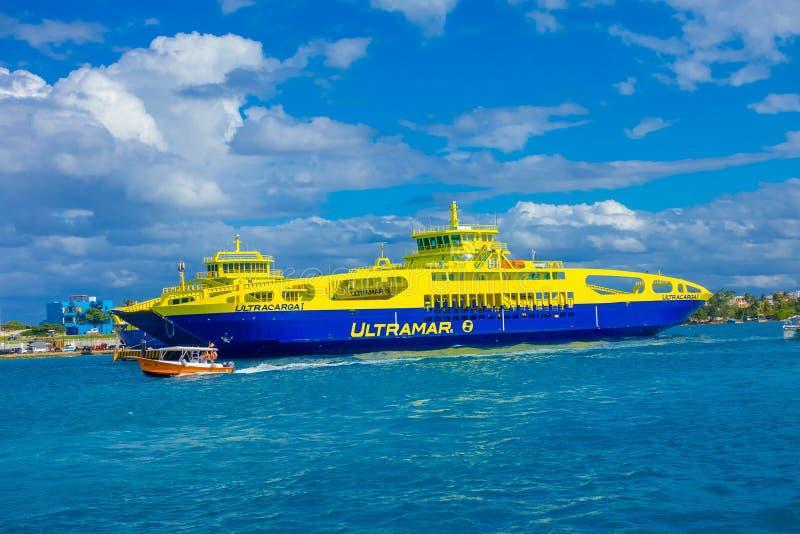 ISLA MUJERES,墨西哥, 2018年1月10日:颜色蓝色和黄色航行巨大的小船室外看法在水域中关闭 免版税库存照片