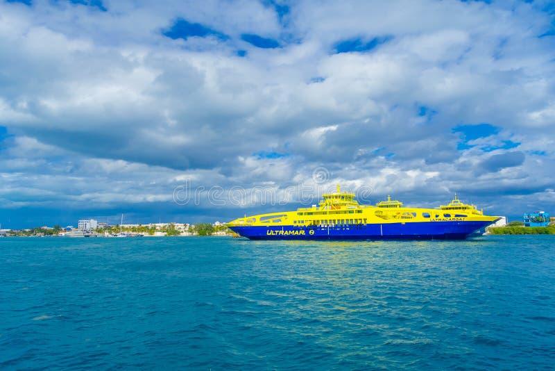 ISLA MUJERES,墨西哥, 2018年1月10日:颜色蓝色和黄色航行巨大的小船室外看法在水域中关闭 图库摄影
