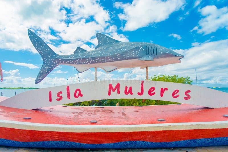 ISLA MUJERES - 10 ΙΑΝΟΥΑΡΊΟΥ 2018: Υπαίθρια άποψη ενός λιθοστρωμένου αγάλματος μέσα για μιας φάλαινας καρχαριών που βρίσκεται υπα στοκ φωτογραφίες με δικαίωμα ελεύθερης χρήσης