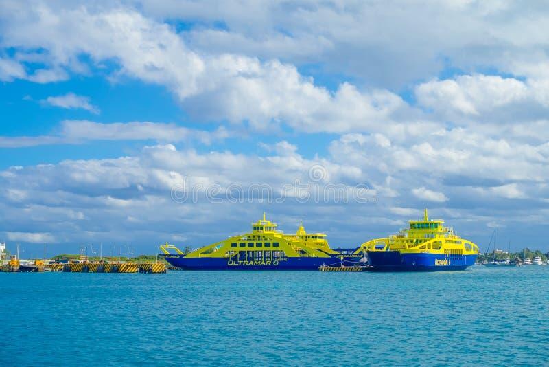 ISLA MUJERES, MÉXICO, O 10 DE JANEIRO DE 2018: Vista exterior da balsa da navigação azul e amarela da cor nas águas perto do fotografia de stock royalty free