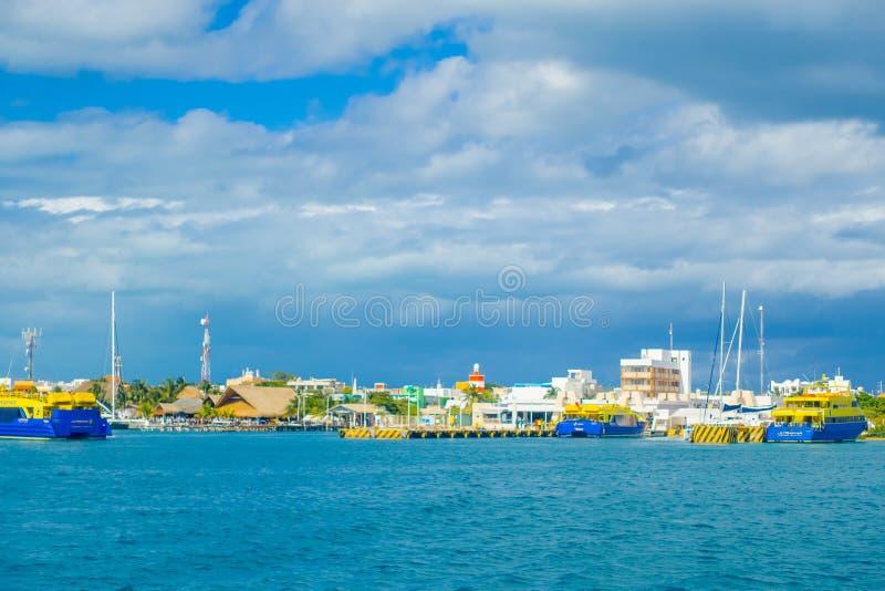 ISLA MUJERES, MEXICO, 10 JANUARI, 2018: Mooie openluchtmening van sommige gebouwen in horizont in het strand Isla royalty-vrije stock foto's