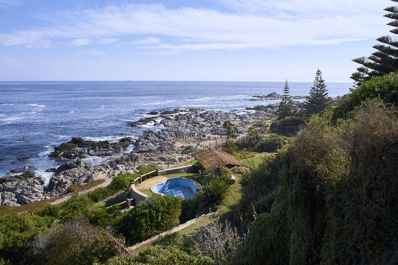 10/08/2016 Isla Negra, Chili Meningen en landschappen van Één van de huizen op de centrale kust van de Chileense dichter Pablo Ne stock afbeeldingen