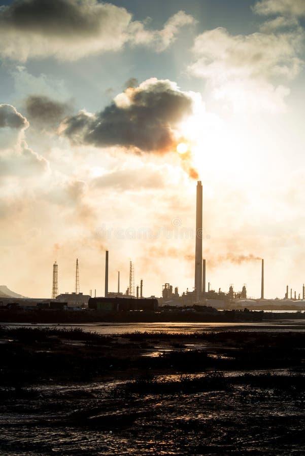 Isla Oil Refinery Curacao - Verschmutzung lizenzfreies stockbild