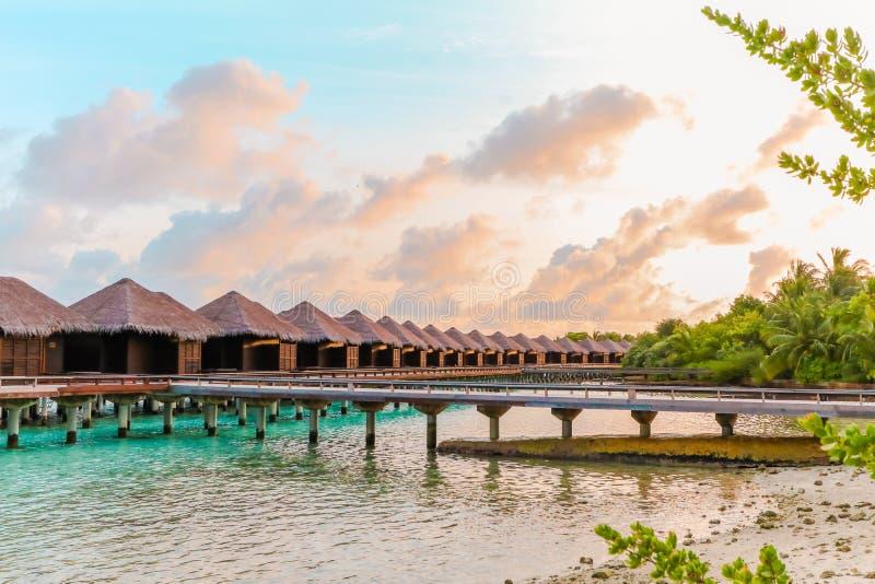 Isla que sorprende en los Maldivas, aguas hermosas de la turquesa con el fondo del cielo para el día de fiesta fotografía de archivo libre de regalías