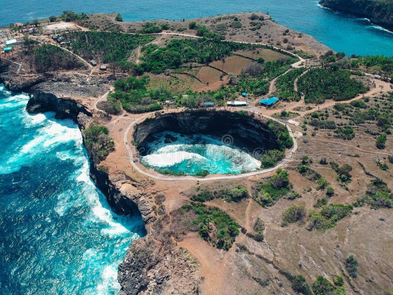 Isla quebrada aérea de Nusa Penida de la playa, Bali, Indonesia foto de archivo