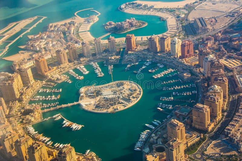 Isla rica de Perla-Qatar de las propiedades inmobiliarias en Doha a través de la porta del aeroplano, visión aérea fotos de archivo