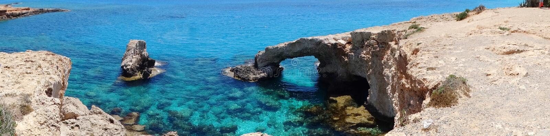 Isla rocosa de Chipre del mar Mediterráneo del paisaje de la costa del panorama fotos de archivo