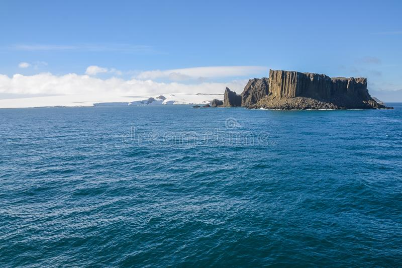 Isla rocosa en aguas antárticas fotos de archivo libres de regalías