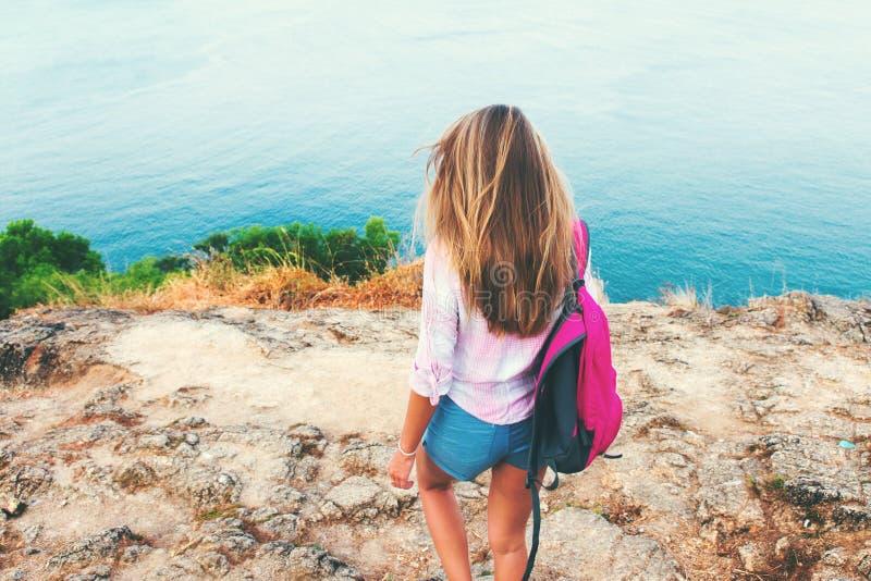 Isla rubia de la orilla de la situación del backpacker de la muchacha de la visión trasera fotografía de archivo