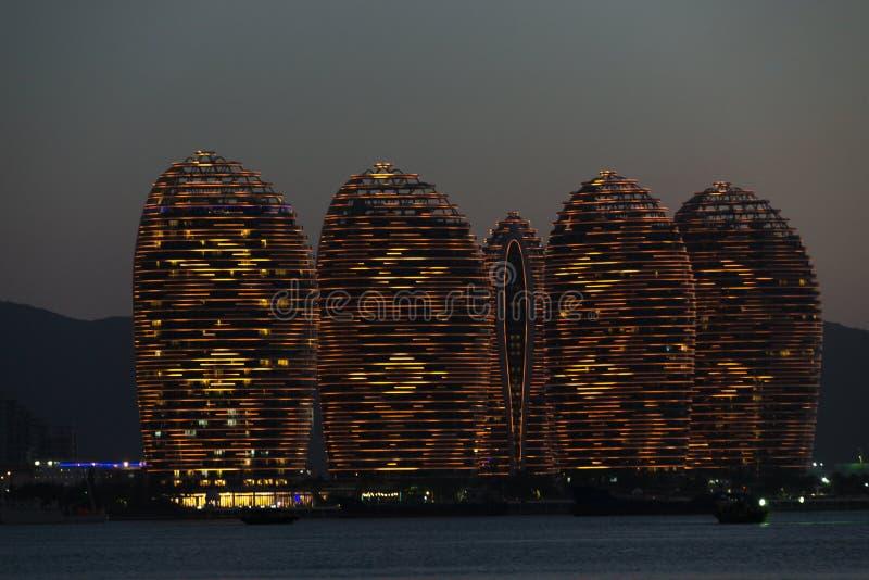 Isla Sanya, edificios iluminados de Pheonix Bronce anaranjado, diseño moderno único foto de archivo