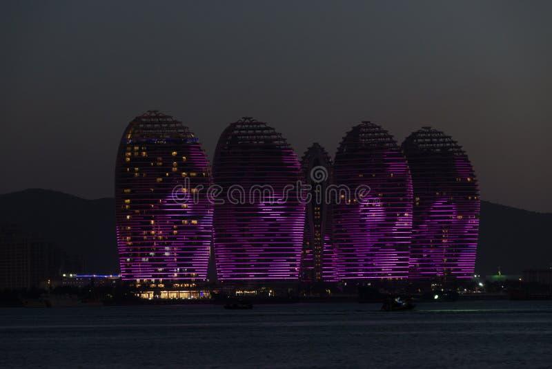 Isla Sanya, edificios iluminados de Pheonix Diseño moderno único fotografía de archivo