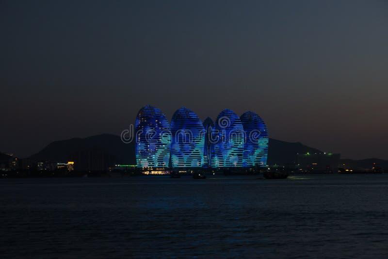 Isla Sanya, edificios iluminados de Pheonix Diseño moderno único foto de archivo