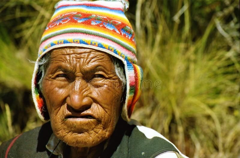 ISLA TAQUILE TITICACA LAKE, PERU - JUIN 10. 2002: Portrait of old man with brown wrinkled skin with colorful hat royalty free stock photography