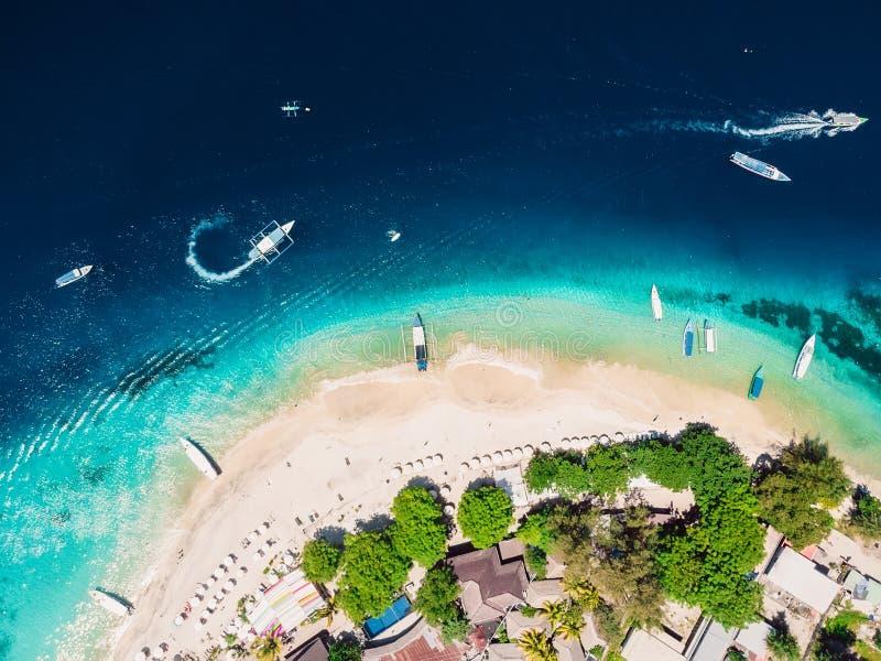 Isla tropical con la playa tropical y el océano cristalino, visión aérea Islas de Gili foto de archivo