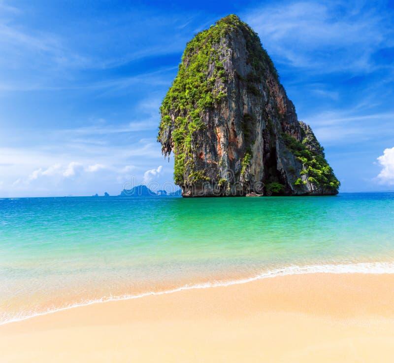 Isla tropical de Tailandia y playa arenosa en el día soleado en Asia imágenes de archivo libres de regalías