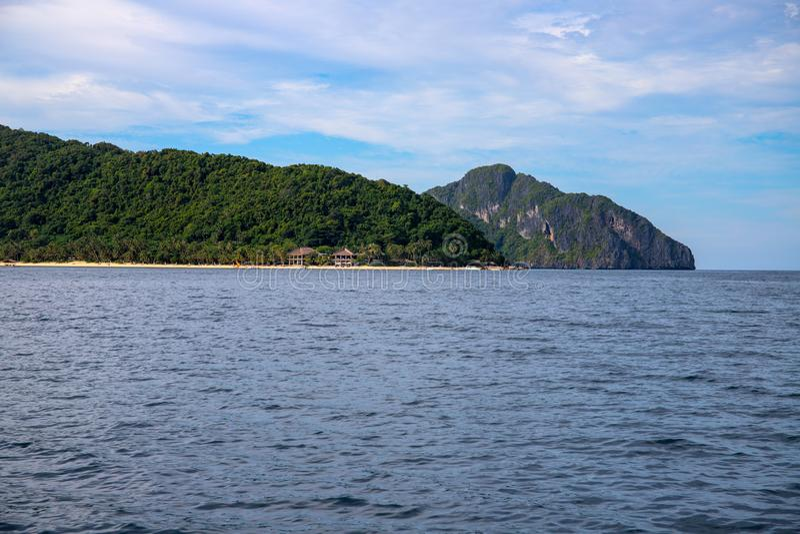 Isla tropical en el mar inm?vil Montaña verde y centro turístico Plantilla de la bandera de la lupulizaci?n de isla de Filipinas fotografía de archivo libre de regalías