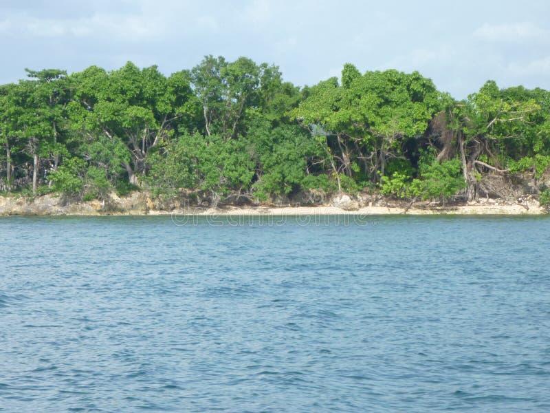 Isla tropical en el sol imagenes de archivo