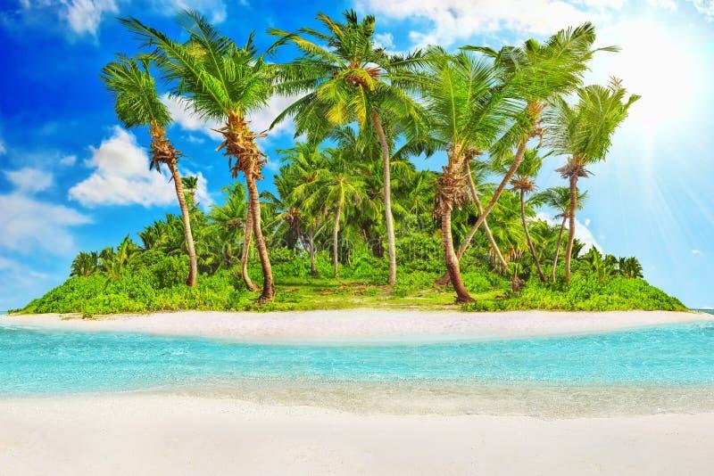Isla tropical entera dentro del atolón en el Océano Índico imagen de archivo libre de regalías