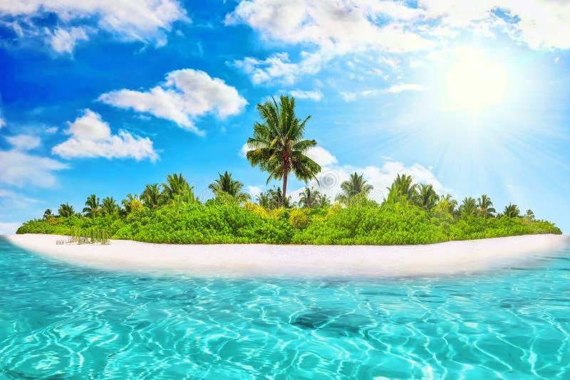 Isla tropical entera dentro del atolón en el océano tropical imagen de archivo libre de regalías