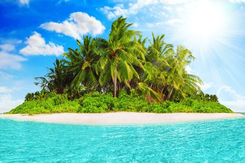 Isla tropical entera dentro del atolón en el océano tropical imagenes de archivo