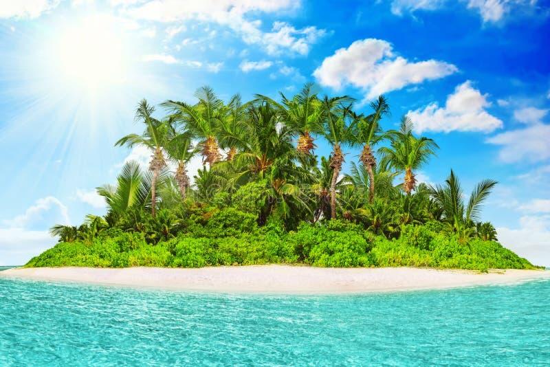Isla tropical entera dentro del atolón en el océano tropical foto de archivo libre de regalías
