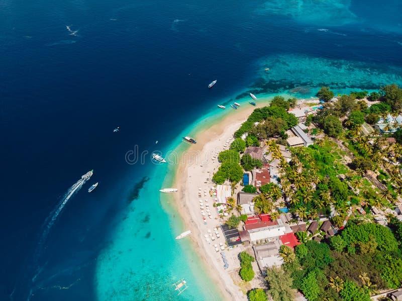 Isla tropical hermosa con el oc?ano cristalino de la turquesa, visi?n a?rea imágenes de archivo libres de regalías