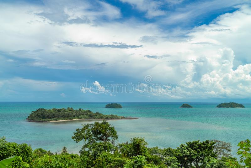 Isla tropical rodeada por el mar claro de la turquesa tailandia fotos de archivo
