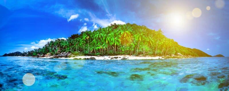 Isla tropical verde en el océano azul tailandia imágenes de archivo libres de regalías