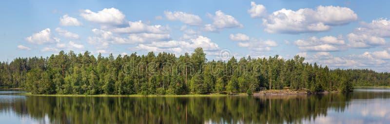 Isla verde en el lago imagenes de archivo