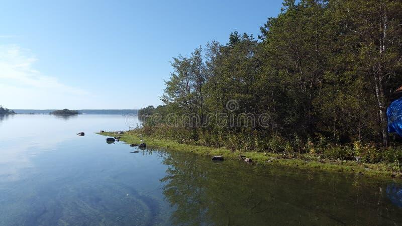 Isla y agua en Suecia imágenes de archivo libres de regalías