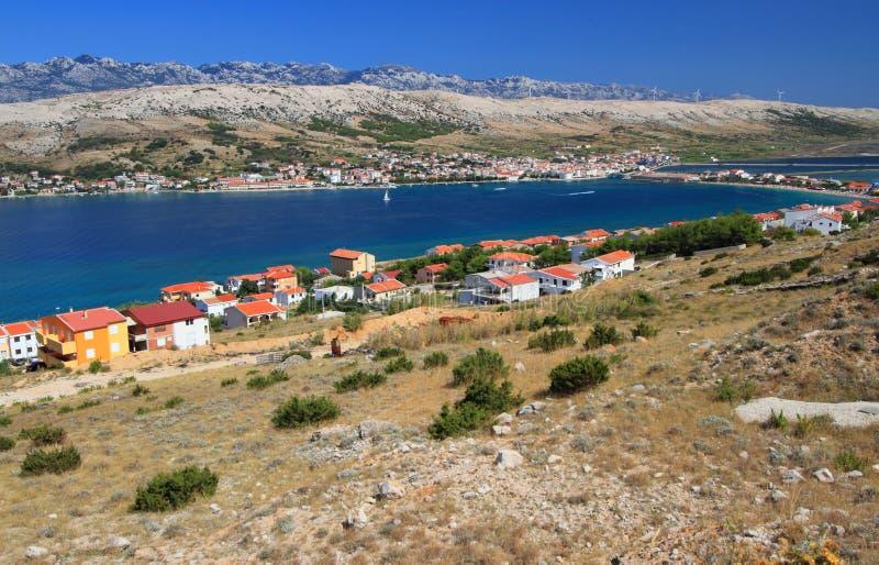 Isla y aldea, croatia, mar adriático del Pag imagen de archivo libre de regalías