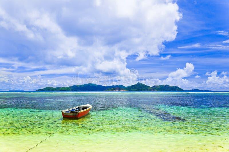 Isla y barco tropicales fotografía de archivo