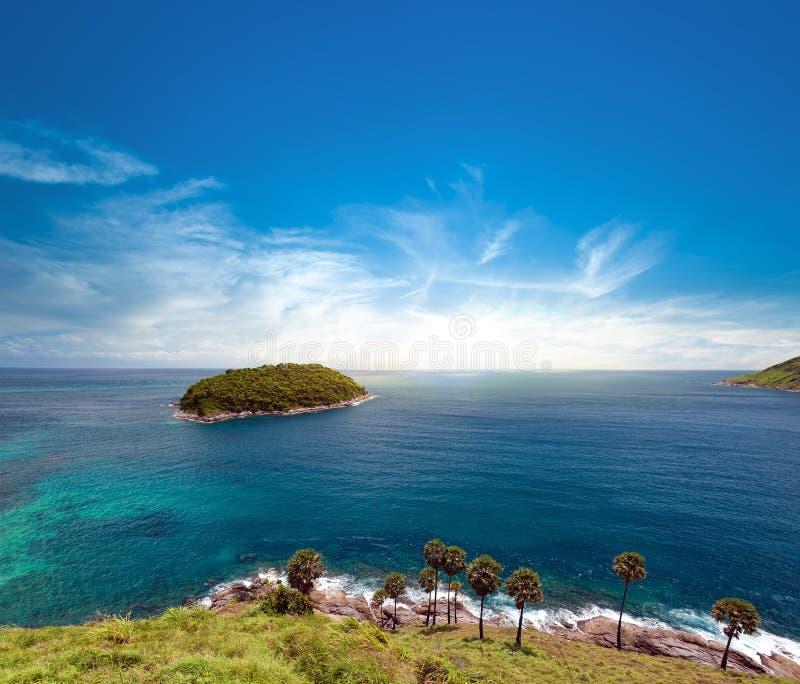 Isla y cielo azul del día de verano Phuket, Tailandia imagen de archivo libre de regalías
