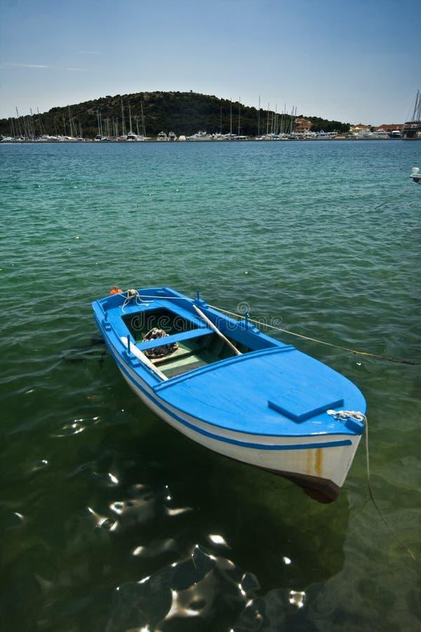 Isla y el barco de pesca foto de archivo libre de regalías