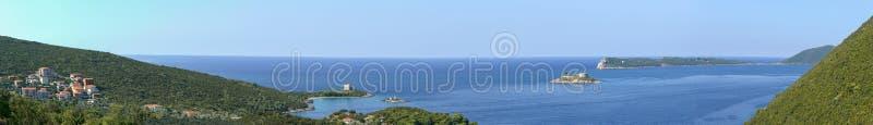 Isla Zanjic de Gertsegnovska de la bahía con la isla Mamula del monasterio con el fuerte foto de archivo