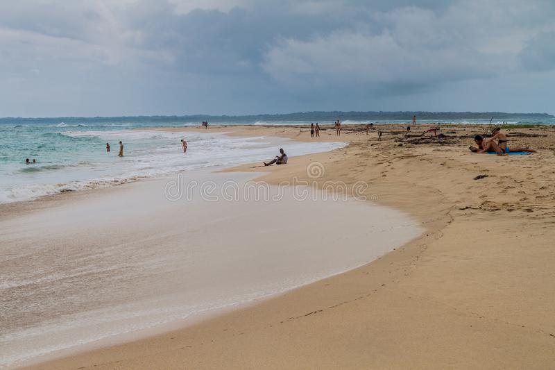 ISLA ZAPATILLA, PANAMÁ - 21 DE MAYO DE 2016: Playa en la isla de Isla Zapatilla, parte del archipiélago de Toro del de Bocas, Pan fotografía de archivo libre de regalías