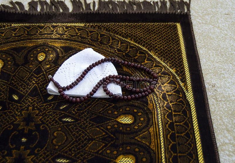Islam e preghiera da pregare, pregare e tappeto della coperta di preghiera, immagini stock libere da diritti