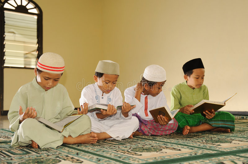 Islam scherzt das Lesen von Koran lizenzfreies stockbild