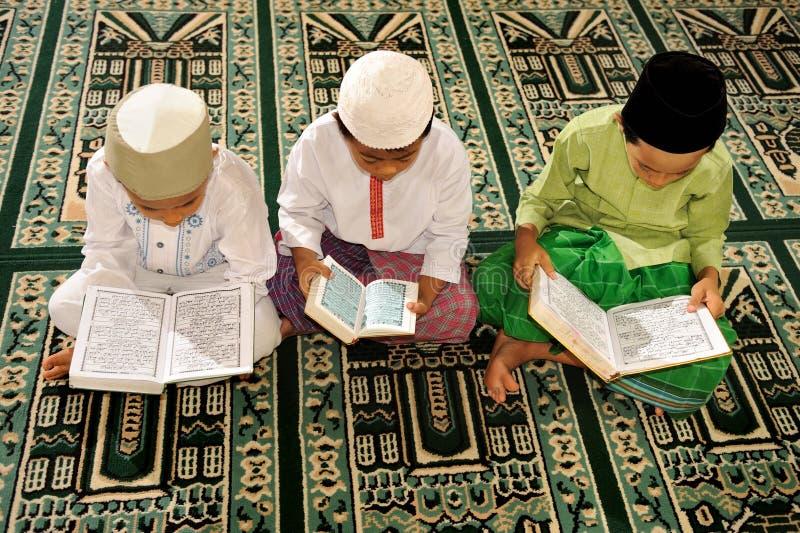 Islam scherzt das Lesen von Koran lizenzfreies stockfoto