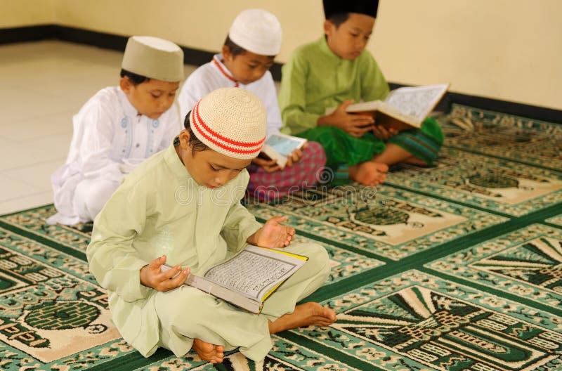 Islam scherzt das Lesen von Koran lizenzfreie stockfotografie