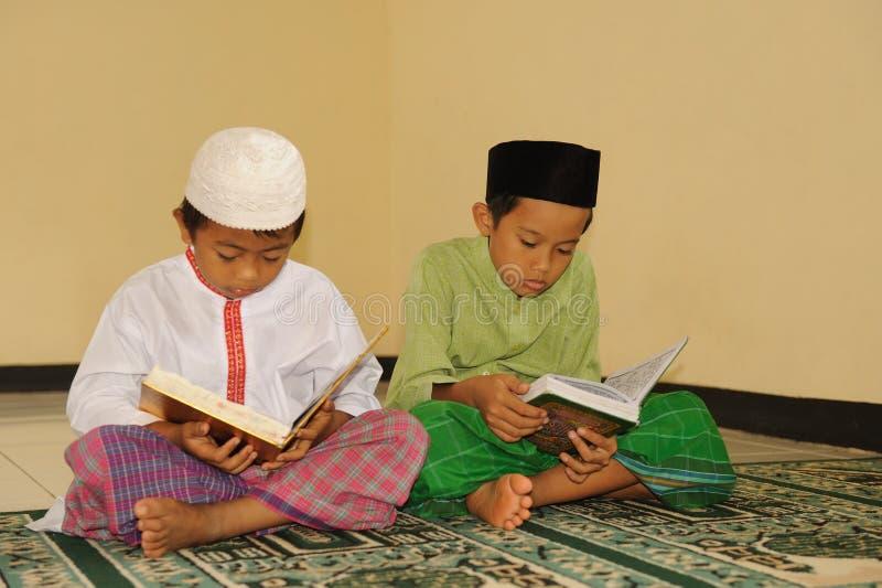 Islam scherzt das Lesen von Koran lizenzfreie stockbilder