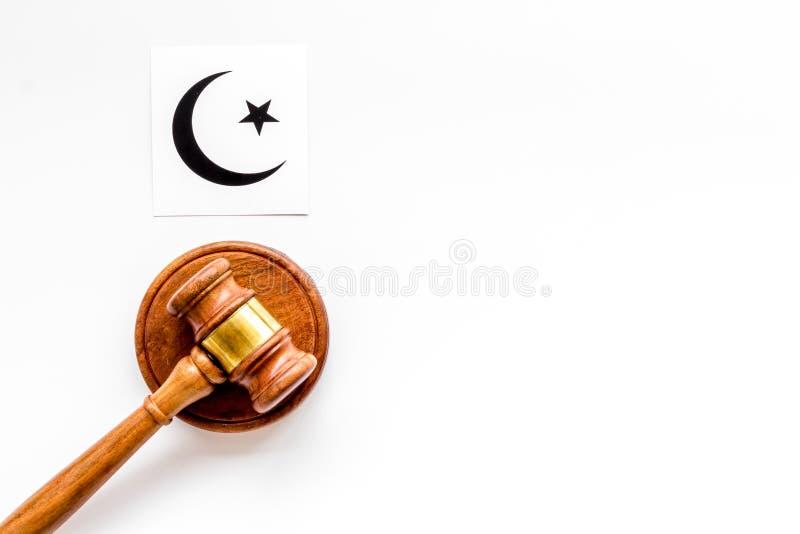 Islam sybmbol crescent i gwiazda w pobliżu gavel na białym stole Koncepcja konfliktu religijnego Kopiuj miejsce obrazy royalty free