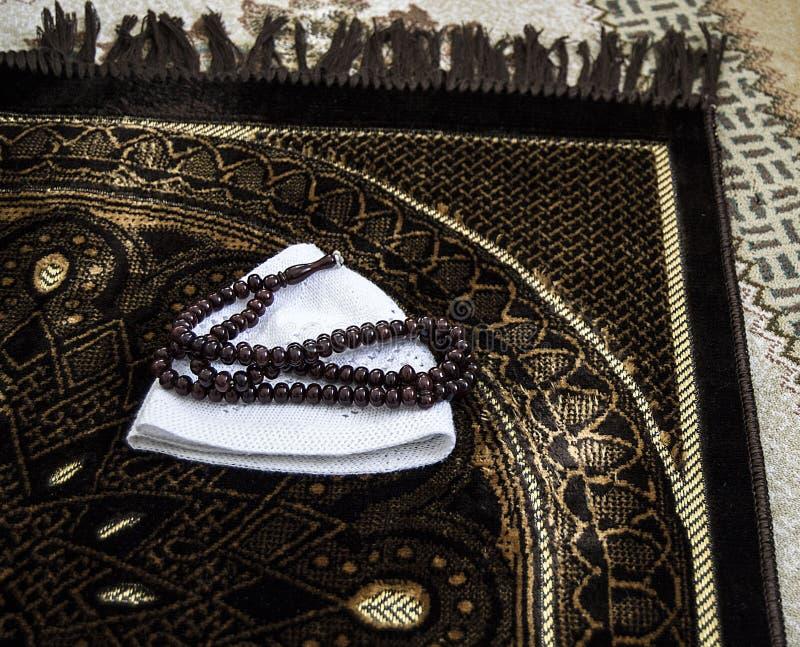 Islam y rezo a rogar, a rogar y alfombra de la manta de rezo, fotos de archivo libres de regalías