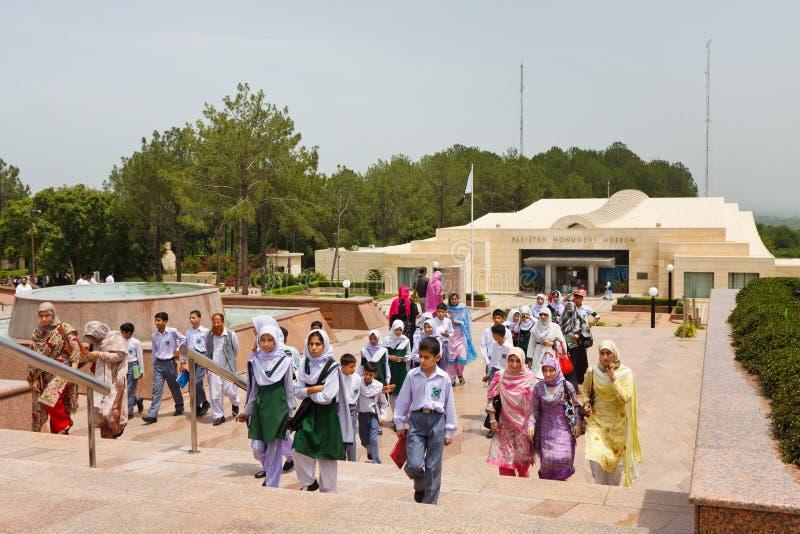 Schoolkinderen bij het Monument van Pakistan, Islamabad stock afbeelding