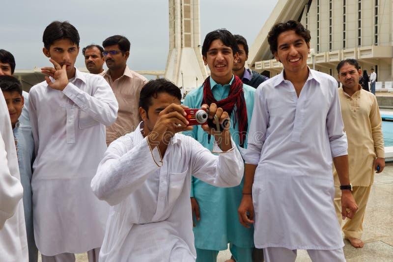 Pakistan-Männer an Faisal Moschee, Islamabad lizenzfreie stockfotos