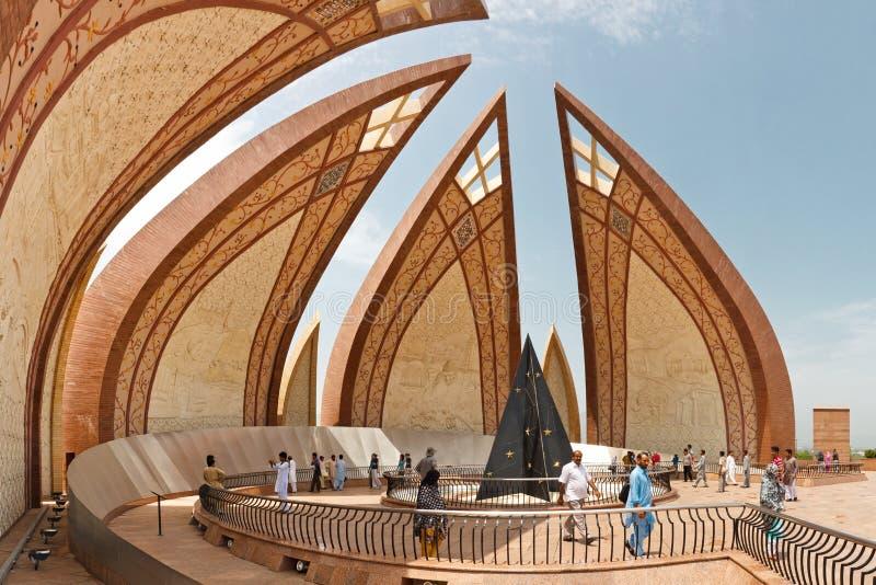 Turister på den Pakistan monumentet, Islamabad royaltyfria foton